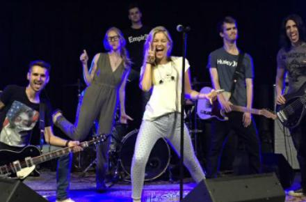 Olivia Holt participa de novo ensaio com sua banda para o show do dia 04 de julho
