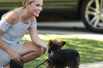 Olivia Holt é clicada caminhando com seus cachorros em Los Angeles; veja fotos