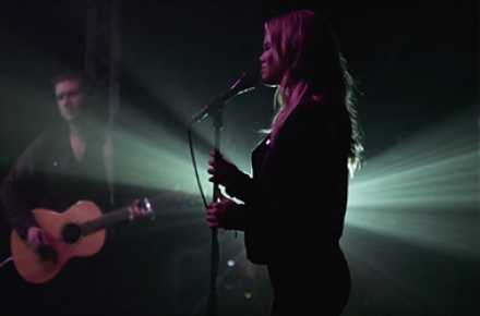 """Olivia Holt divulga versão acústica e maravilhosa para """"In The Dark"""""""