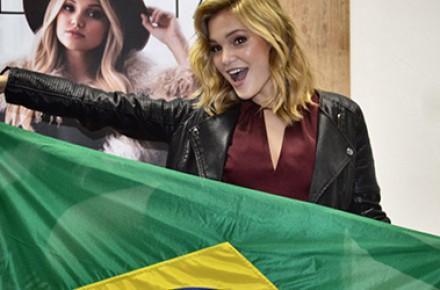 """Olivia Holt fala português e participa de desafios durante entrevista ao """"Febre Teen"""""""