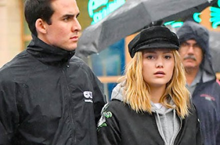 Olivia Holt é clicada caminhando por Los Angeles ao lado de seu namorado; veja fotos