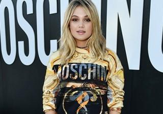 Olivia Holt prestigia evento de lançamento da Moschino em Los Angeles; veja fotos