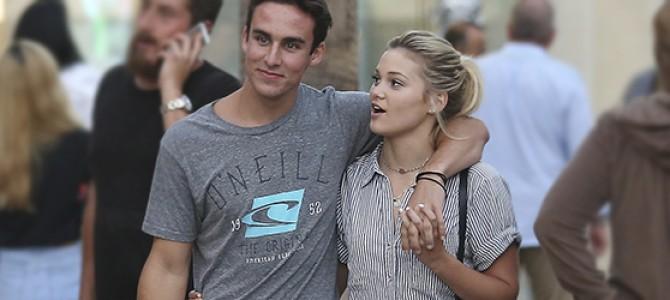 Olivia Holt caminha por Santa Mônica ao lado do namorado, Ray Kearin; veja fotos