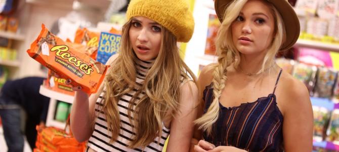 Olivia Holt e Sabrina Carpenter fazem compras e caminham por Manhattan, em Nova Iorque; veja fotos