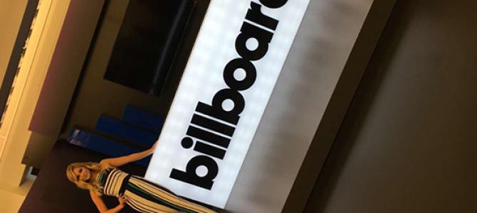 "Olivia Holt canta ""Phoenix"", ""In The Dark"" e faz cover de ""Hands to Myself"", da Selena Gomez, para a Billboard"