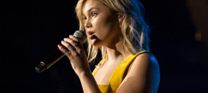 """Olivia Holt realiza show no """"KISSmas"""" (05/12); veja fotos"""