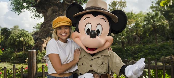 Olivia Holt realiza ensaio fotográfico ao lado de Mickey Mouse