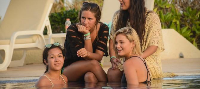 Olivia Holt é clicada com suas amigas em praia do México