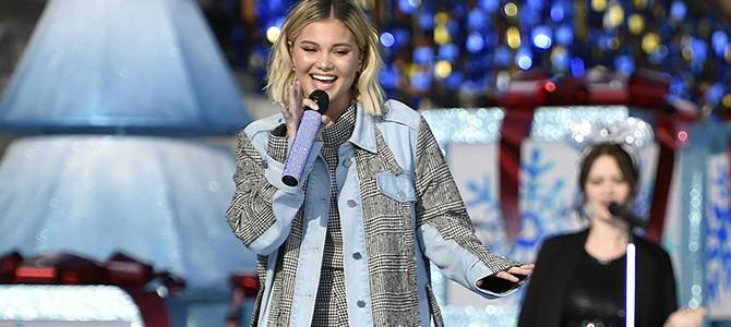 """Olivia Holt canta """"Christmas (Baby Please Come Home)"""" em evento da Disney"""