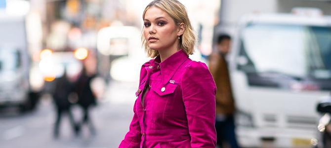 Olivia Holt é fotografada caminhando por Nova York; veja fotos